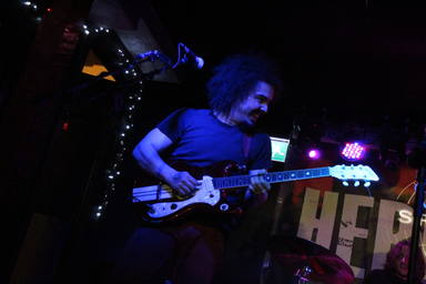 Edu, guitarrista de Hermana Furia, en directo.