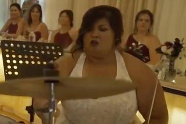 """Se casa y """"lo peta"""" con un solo de batería en mitad de su boda"""