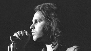 Así luce la tumba de Jim Morrison tras el homenaje de sus fans 50 años después de su muerte