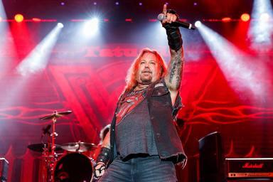 """Vince Neil (Mötley Crüe) """"debería buscar la ayuda de Duff McKagan o Phil Collen"""" para ponerse en forma"""