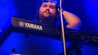 """Wolfgang Van Halen se emociona tocando """"Distance"""", el tema dedicado a su padre, en su segundo concierto"""