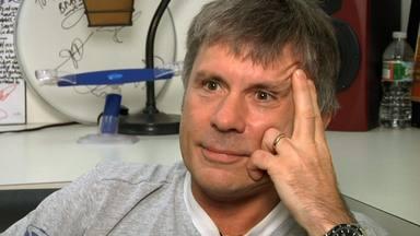 """Bruce Dickinson (Iron Maiden) y su cirugía Infernal: """"No aceptaban tarjeta y tuve que ir al cajero en muletas"""""""