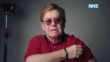 El divertidísimo spot de Elton John y Michael Caine para que te vacunes