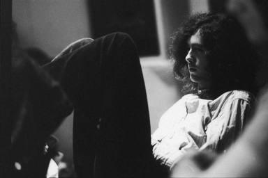 Imagen de Jimmy Page con Led Zeppelin en la cresta de la ola.