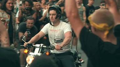 Entró en un mosh-pit montado en moto y la reacción del resto del público fue de lo más metalera