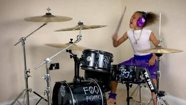 Nandi Bushell, la niña rockera de 10 años, se bate en un brutal duelo de baterías con Dave Grohl