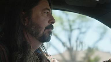 """El anuncio de Foo Fighters que te hará comprarte una camioneta: """"Hay una estrella del rock en ti"""""""