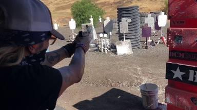 Así aprende Bret Michaels (Posion) a disparar una pistola para su próxima serie de televisión
