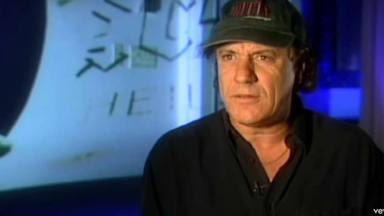 """AC/DC te cuenta cómo compuso """"Hells Bells"""" en un nuevo vídeo de la historia de 'Back in Black'"""
