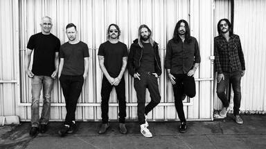 Escucha a Taylor Hawkins, batería de Foo Fighters, ocupar de nuevo el puesto de cantante de la banda