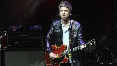 Noel Gallagher (Oasis) reconoce que su hijo de 10 años le ha tenido que enseñar a tocar AC/DC