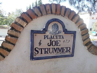 La Placeta dedicada a Joe Strummer está en el Realejo, en la Cuesta de Escoriaza, Granada.