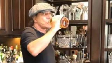 Brian Johnson (AC/DC) reaparece para animar a sus fans y mostrar su colección de licores