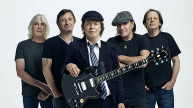 Angus Young desvela los tres guitarristas que podrían haber encajado como parte de AC/DC