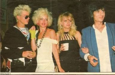 Billy Idol y Ron Wood (The Rolling Stones) con sus parejas