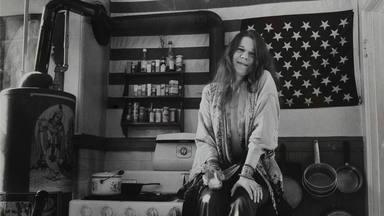 Imagen de Janis Joplin en su apartamente de San Francisco.