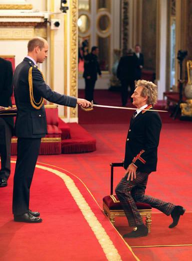 El príncipe William ordenando a Rod Stewart Excelentísimo Caballero en 2016