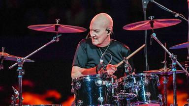 "Chris Slade, ex-bateria de AC/DC, recuerda su pasado tocando para Tom Jones: ""Me pagaban menos que al resto"""