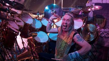 """El """"vergonzoso"""" concierto que casi provoca que Nicko McBrain abandonara Iron Maiden"""
