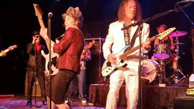 Kirk Hammett y Mrs Smith se enfrentan en un duelo de guitarras