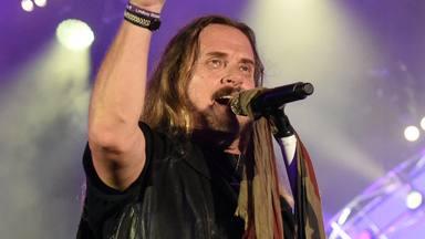 """Johnny Van Zant, cantante de Lynyrd Skynyrd, ha contraído la COVID-19: """"Se lo he pasado a todos"""""""