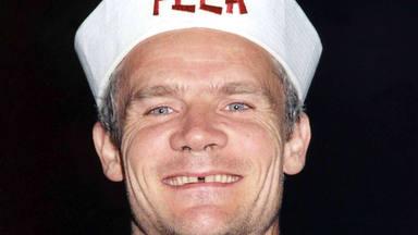 Flea (Red Hot Chili Peppers) descubre a la banda de death metal Cannibal Corpse y su reacción es increíble