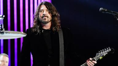 """Dave Grohl (Foo Fighters) se adelanta a la Navidad tocando una insólita versión de """"El Tamborilero"""""""