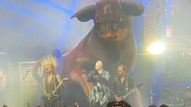 ¿Por qué Judas Priest está sacando un toro gigantesco al escenario en sus conciertos?