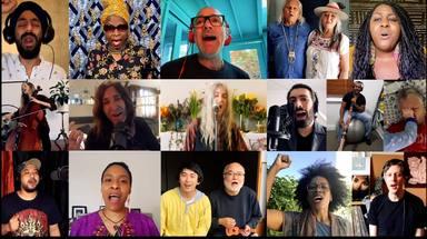 """Patti Smith, Michael Stipe (R.E.M.) y artistas de todo el mundo se reúnen para tocar """"People Have the Power"""""""