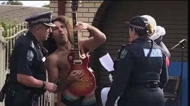 """""""Rock and Roll vs. Police"""", la lucha del guitarrista Savas Caruso para tocar en la calle"""