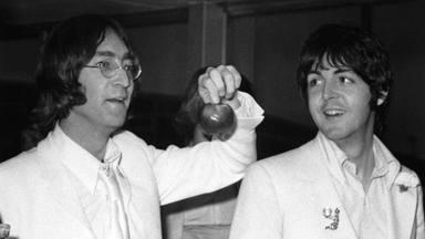 """Paul McCartney explica el motivo por el que John Lennon le """"sigue ayudando"""" a componer"""