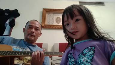 """Esta niña pequeña se marca la versión más entrañable de """"Killing in the Name"""" junto a su padre"""
