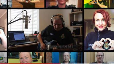 """Varios trabajadores de ambulancias y emergencias versionan """"Times Like These"""" de los Foo Fighters"""