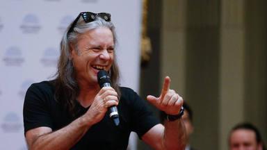 """Bruce Dickinson (Iron Maiden) habla sobre la COVID: """"Puede atacar al apéndice más querido de los hombres"""""""