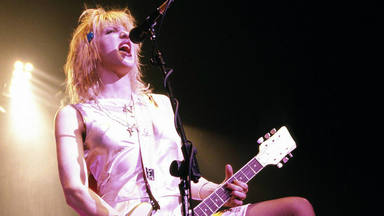 Imagen de Courtney Love en directo con Hole.