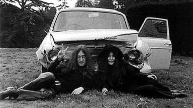 17 puntos en la cara: el día que John Lennon y Yoko Ono casi murieron en un accidente de coche
