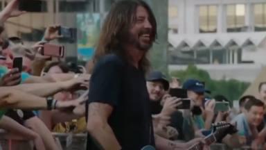 """Dave Grohl (Foo Fighters) """"flipa"""" sobre el escenario: """"Pensaba que la vida no podía ser más jodidamente rara"""""""