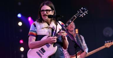 Rivers Cuomo (Weezer) durante una actuación en directo