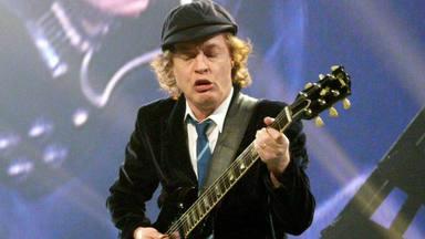 El insólito disfraz de Angus Young (AC/DC) antes de salir al escenario con su uniforme de colegial