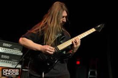 Volvió a aprender a tocar la guitarra tras un accidente y da concierto de death metal a alumnos de primaria