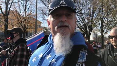 """Jon Schaffer fue """"atacado con heces y orina"""" tras su arresto por el asalto al Capitolio americano"""