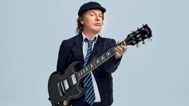 Angus Young (AC/DC) desvela quién le convenció para ponerse su característico traje de colegial