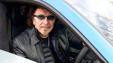 Tony Iommi (Black Sabbath) posa junto a su último coche y lo relaciona con el heavy metal