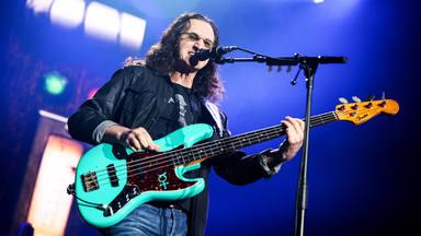 Geddy Lee (Rush), nombrado el mejor bajista de todos los tiempos por encima de estos 29 músicos