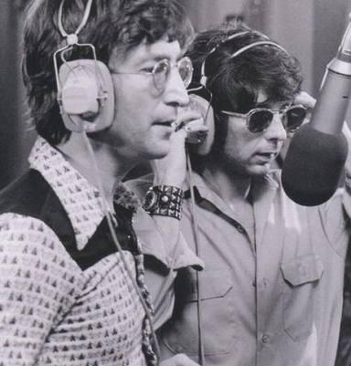 Phil Spector junto a John Lennon