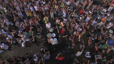 1000 personas (sin mascarilla) tocando al unísono La Conocida de Foo Fighters . ¿Sabes cuál es?