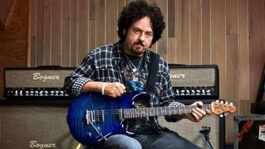 """Steve Lukather (Toto) desvela la brutal cantidad de dinero que se le debe por los derechos de """"Africa"""""""