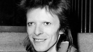 """David Bowie """"se volvió loco"""" por las drogas mientras sus falsos amigos """"se aprovecharon de su dinero"""""""