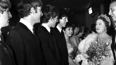 The Beatles con la Reina Elizabeth de Inglaterra, 1963.