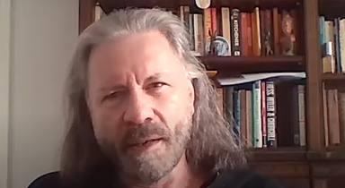 """Bruce Dickinson afirma que """"van a pasar muchas cosas"""" con Iron Maiden antes de verano de 2022"""
